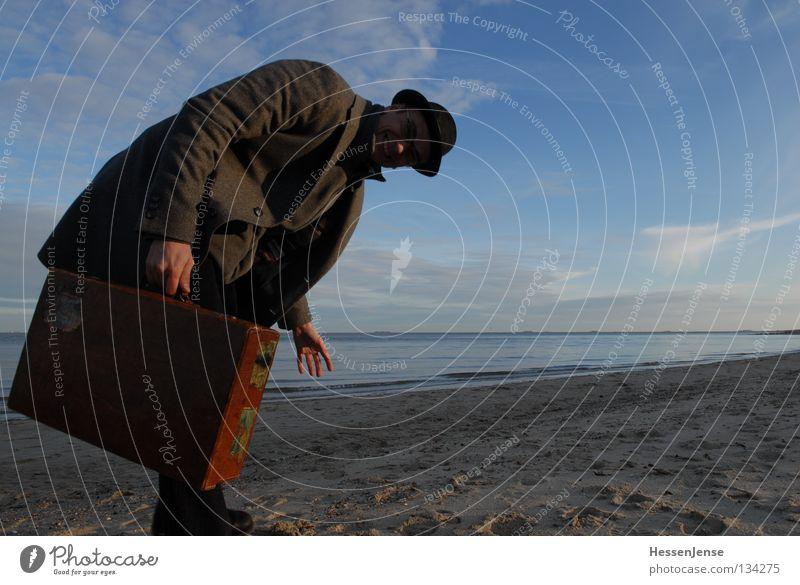 Person 40 Himmel Mann Hand Meer See Wellen Erfolg Hoffnung Suche Hut Koffer Mantel finden Kriminalität Mafia