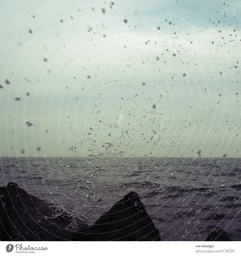 DER FELS IN DER BRANDUNG Wasser Meer Sommer Strand kalt See Regen Wellen Küste Wassertropfen nass Felsen feucht spritzen Glätte Brandung