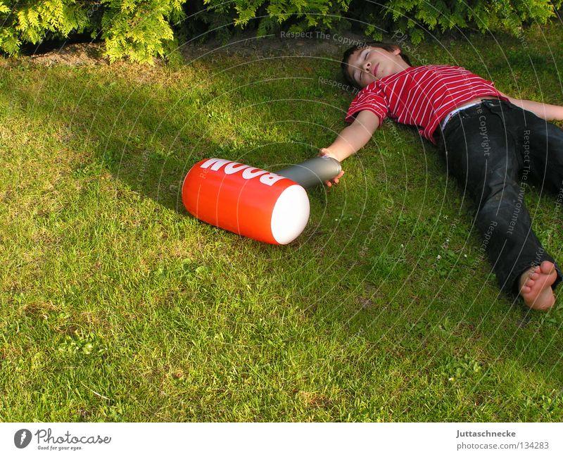 Ausgehämmert Kind grün rot Spielen Junge Garten liegen Vergänglichkeit Frieden Ende Spielzeug blasen dumm Hammer Zickzack Knockout