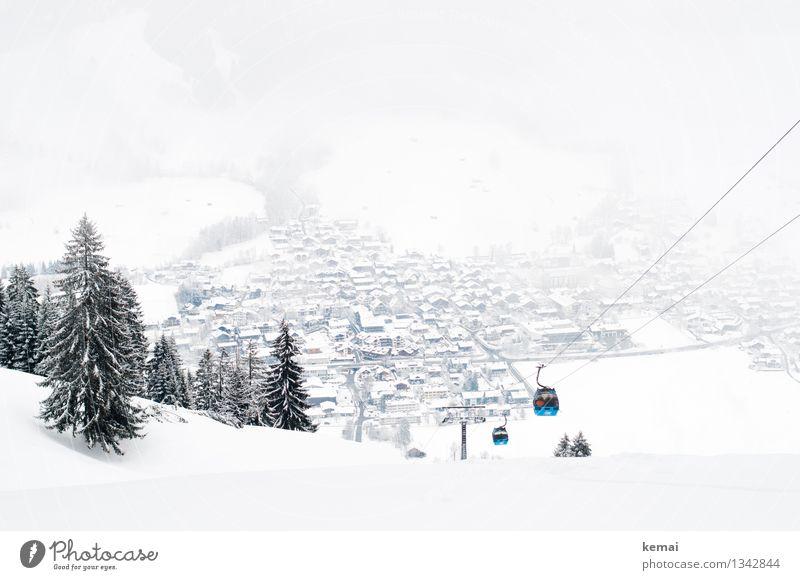 Fahrt im Blauen Wintersport Umwelt Natur Landschaft Pflanze Nebel Eis Frost Schnee Baum Hügel Berge u. Gebirge Kleinstadt Haus Seilbahn Skilift authentisch hell