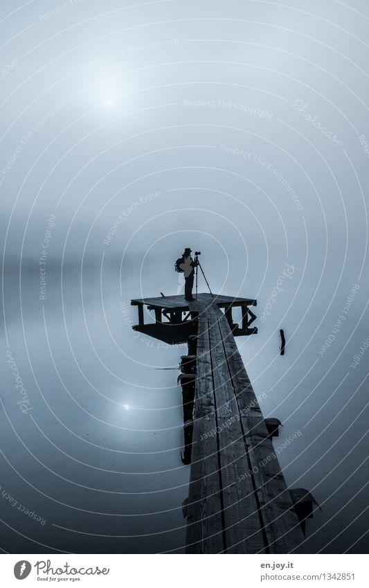 still ruht der See Freizeit & Hobby Fotograf Mann Erwachsene 1 Mensch Himmel Herbst Winter Klima Wetter Nebel dunkel kalt blau ruhig Horizont Idylle