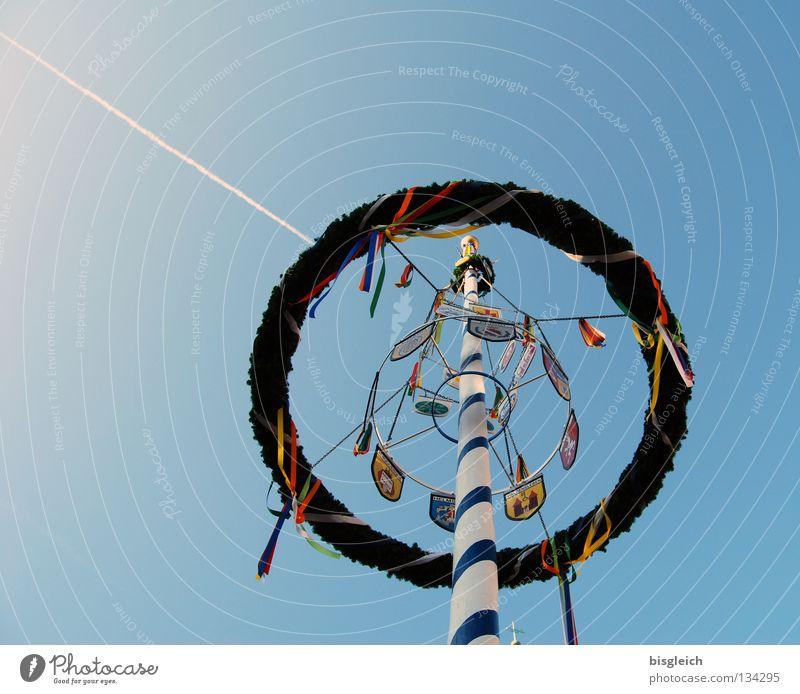Maibaum I Farbfoto Außenaufnahme Menschenleer Gegenlicht Froschperspektive Feste & Feiern Luftverkehr Himmel Frühling Flugzeug blau Tradition Kondensstreifen