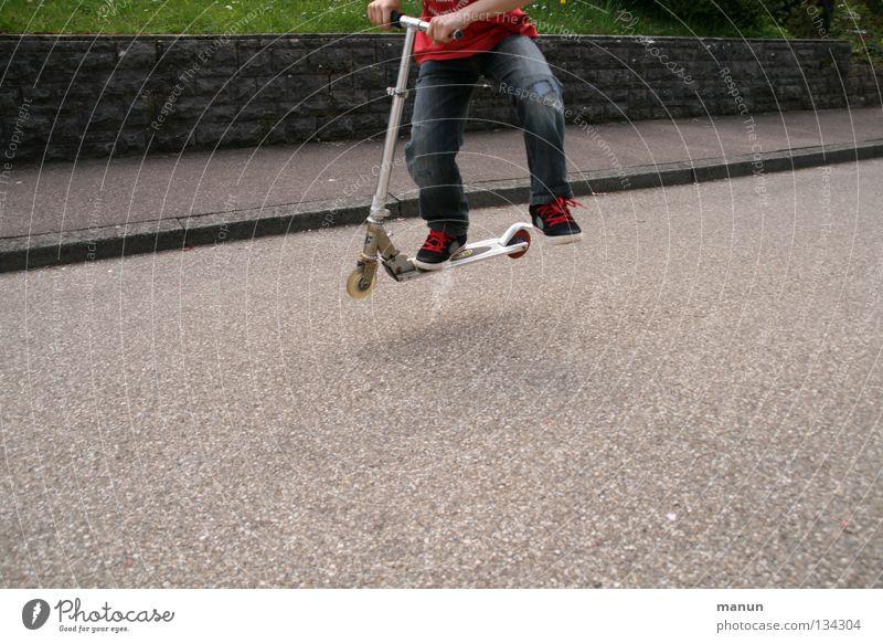 Rollerhupf Mensch Kind Jugendliche Freude Straße Leben Spielen Junge Bewegung springen Gesundheit Kindheit Freizeit & Hobby Fröhlichkeit Coolness fahren