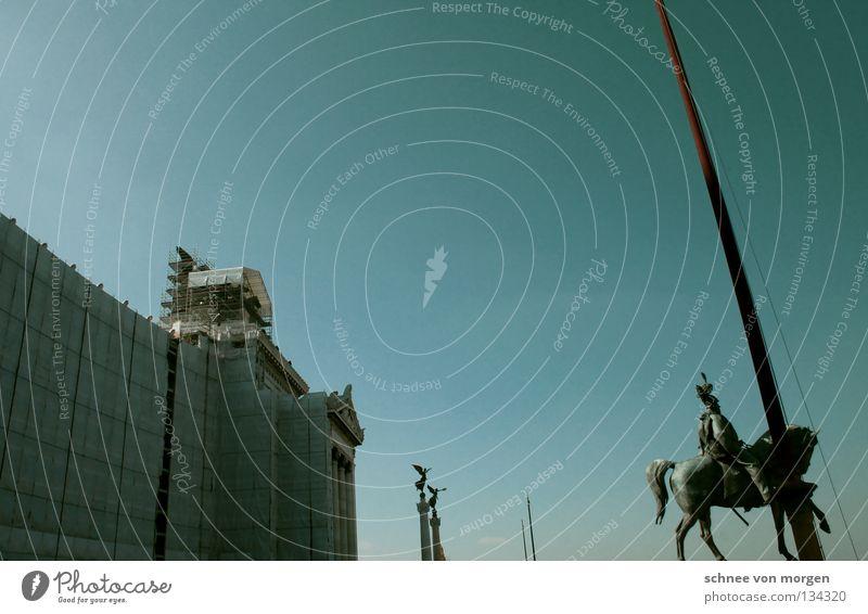 paradenwirkung Statue Rom Italien Tourist Sightseeing Bauwerk Reiter Denkmal vittorio emmanuel blau Himmel Architektur