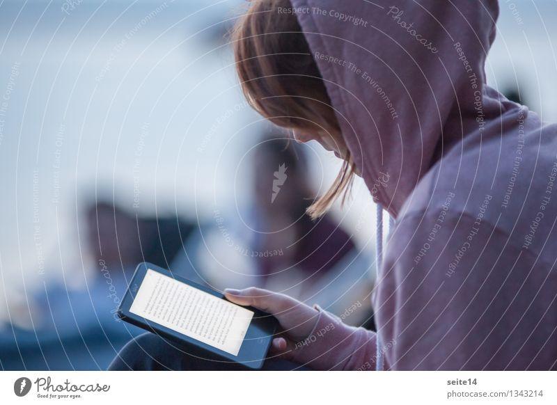Young woman reading an ebook on her e-book reader Mensch Ferien & Urlaub & Reisen Jugendliche schön Junge Frau Strand 18-30 Jahre Erwachsene feminin