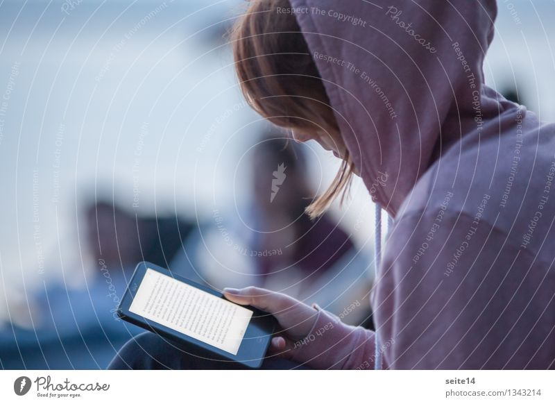 Young woman reading an ebook on her e-book reader schön Freizeit & Hobby lesen Ferien & Urlaub & Reisen Strand feminin Junge Frau Jugendliche Erwachsene 1