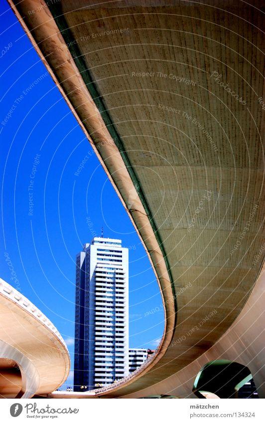 "valencia, zufahrt zur ""ciudad de las ciencias"" Haus Hochhaus Futurismus krumm Composing Geometrie Valencia Autobahn Froschperspektive Beton Stadt Himmel Brücke"