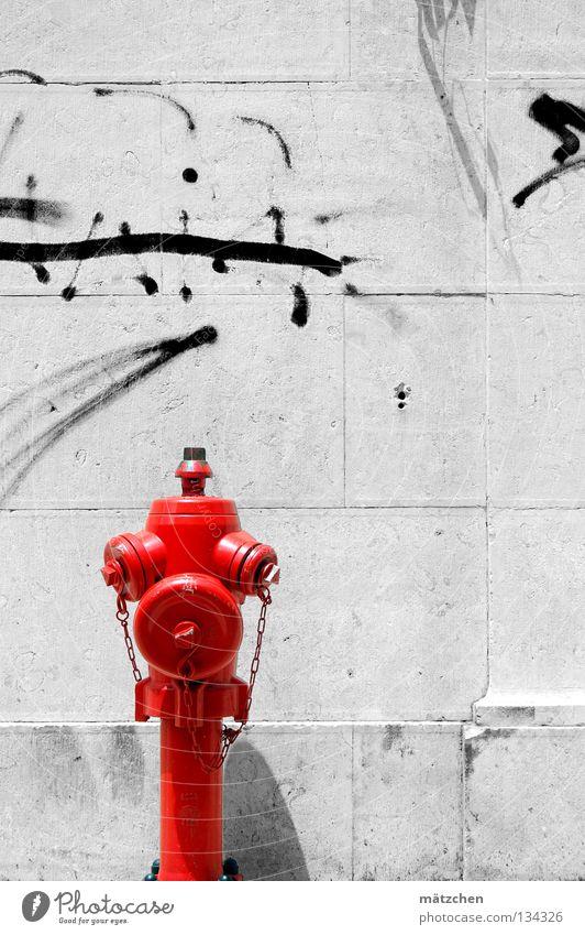 weiße wand Wand Mauer Hydrant rot schwarz Wandmalereien Schmiererei Lissabon Backstein Verkehrswege Graffiti Wasser Kontrast fireplug red black white