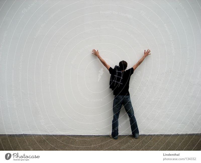 Leibesvisitation Wand Mauer weiß Mann stehen Hand ausbreiten Dieb kontrole mensh gestreckt hoch Verkehrswege Jagd