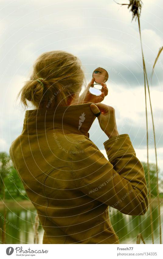 Spieglein, Spieglein... Spiegel Frau See feminin Wolken schlechtes Wetter Jacke Schilfrohr Kragen Binsen Binnensee gelb grau Reflexion & Spiegelung Blick ruhig