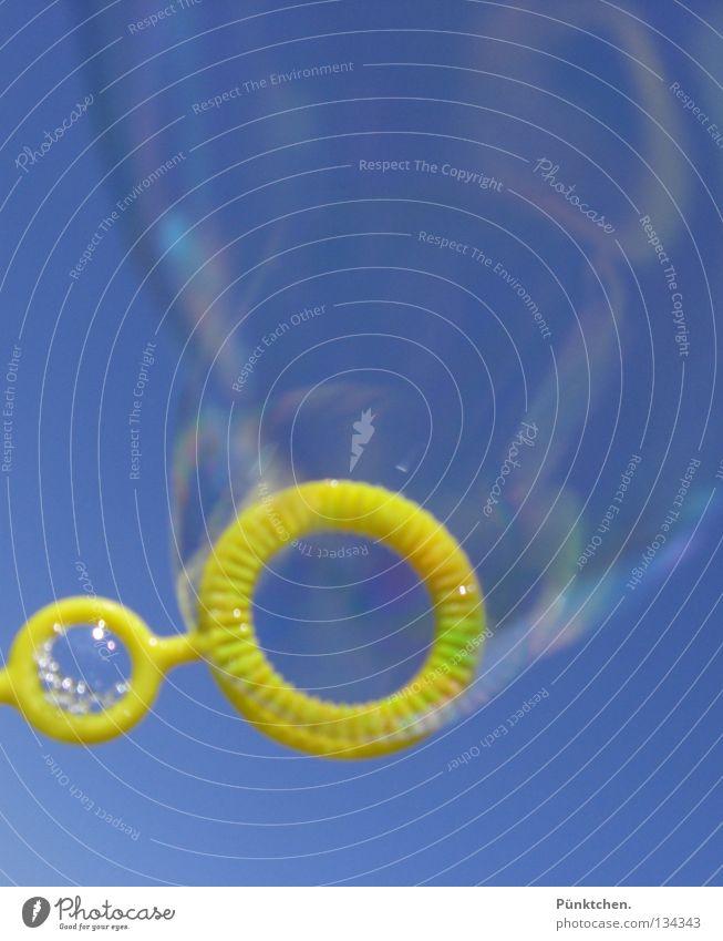 o 0 O o ° O 0 o o ° o O Seifenblase gelb schillernd glänzend rund Ordnung blasen fließen Spielen Kinderspiel Ferien & Urlaub & Reisen Vergänglichkeit mehrfarbig