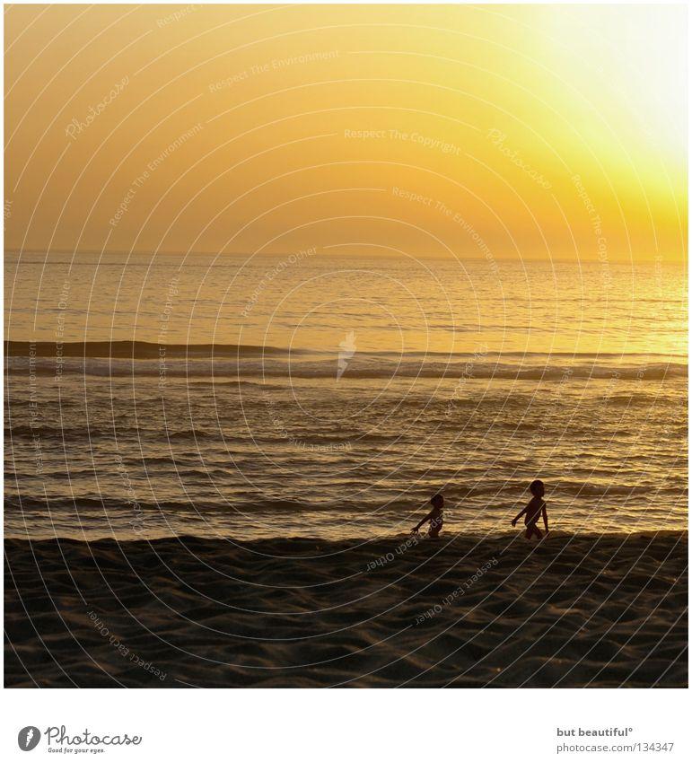 puttenspiele° Kind Spielen spielend Strand Dämmerung Sonnenuntergang Spanien Meer poetisch ruhig Sommer Küste Himmelskörper & Weltall gold Finisterre Jakobsweg