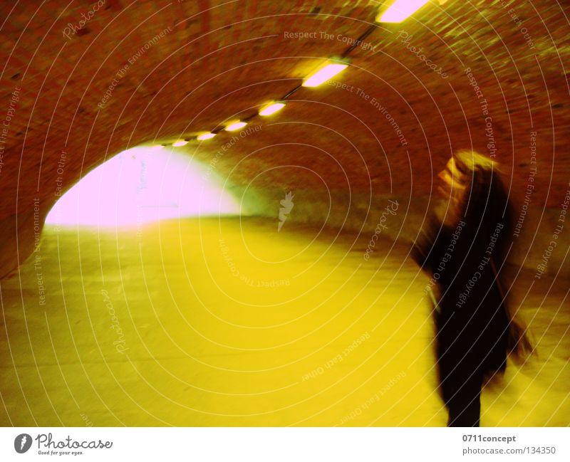 Tunnelblick 1 Frau Einsamkeit Angst laufen gefährlich bedrohlich Tunnel Flucht Diebstahl flüchten