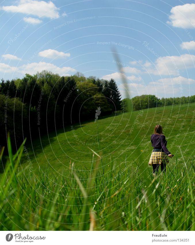 Summerwalk Sonnenstrahlen genießen Wiese Wolken weiß grün Blume Gänseblümchen Löwenzahn Hügel Sommer Jahreszeiten Minirock Top gelb Himmel Stimmung Erholung