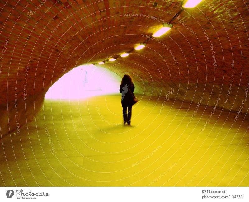 Tunnelblick 2 gefährlich Frau Licht laufen flüchten Diebstahl Angst bedrohlich Einsamkeit Flucht