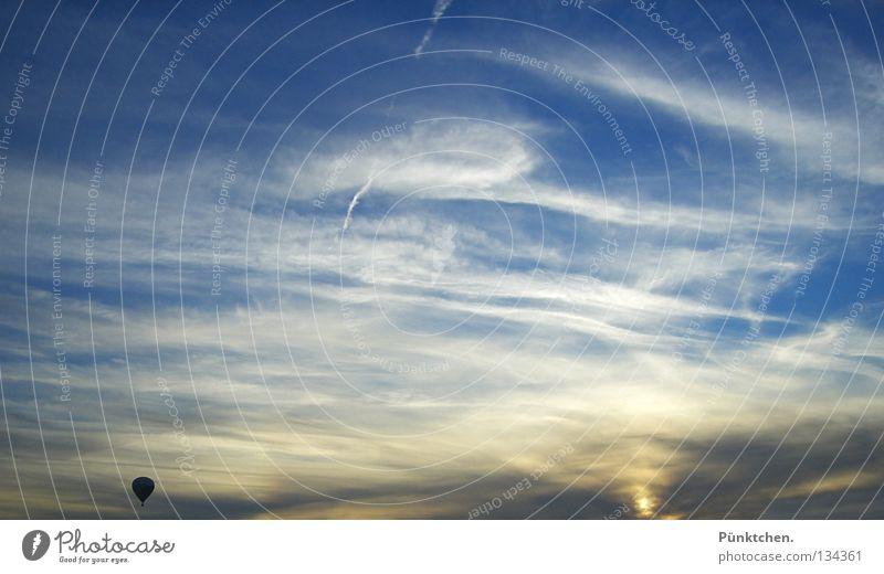 Loneliness Ballone Sonnenuntergang weiß Schleier hoch steigen gleiten fahren Schweben ruhig Fernweh Aussicht Horizont Dämmerung Sauerland Mut Korb Stoff Physik