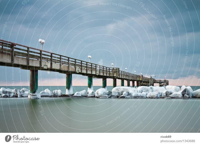 Seebrücke an der Ostseeküste Strand Meer Winter Natur Landschaft Wasser Wolken Wetter Eis Frost Schnee Küste Stein kalt Ferien & Urlaub & Reisen ruhig Tourismus
