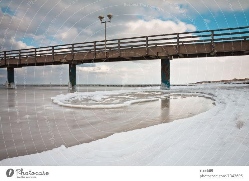 Seebrücke an der Ostseeküste Strand Winter Natur Landschaft Wasser Wolken Wetter Eis Frost Schnee Küste Meer Stein kalt Ferien & Urlaub & Reisen Tourismus