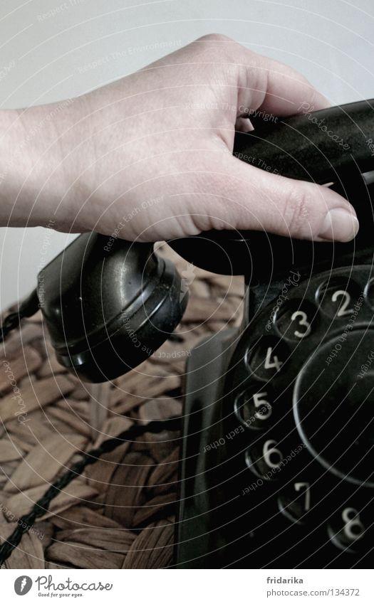 anruf II Telefon Hand alt hören liegen Telefongespräch schwarz weiß Korb Drehscheibe 2 3 Daumen Ton altehrwürdig Gedeckte Farben Detailaufnahme Nostalgie