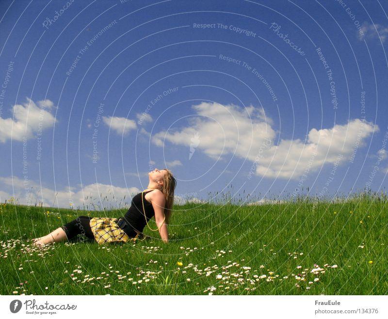 Sonne tanken für 0 cent Frau Himmel weiß Blume grün blau Sommer Freude Wolken gelb Erholung Wiese Berge u. Gebirge lachen träumen Fuß