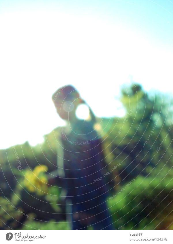 Sowas von unscharf Kind Mädchen klein Blume Wiese Gras festhalten Spaziergang Sommer Freizeit & Hobby Unschärfe Gegenlicht fangen kinderfreizeit
