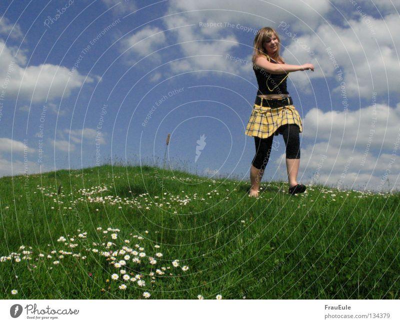 Riese im Tubbieland Sonnenstrahlen genießen Wiese Wolken weiß grün Blume Gänseblümchen Löwenzahn Hügel Sommer Jahreszeiten Perle Perlenkette Minirock Top gelb