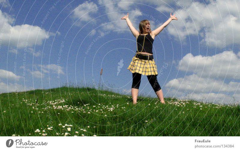 Freiheit Sonnenstrahlen genießen Wiese Wolken weiß grün Blume Gänseblümchen Löwenzahn Hügel Sommer Jahreszeiten Perle Perlenkette Minirock Top gelb Himmel