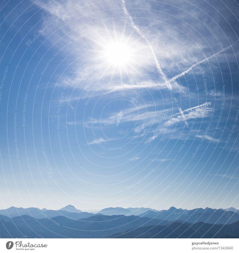 Berge Umwelt Landschaft Himmel Wolken Sonne Sonnenlicht Alpen Berge u. Gebirge Gipfel beobachten entdecken Erholung Sport schön blau Glück Fröhlichkeit