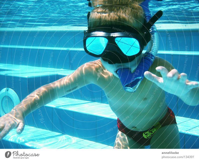 schwerelos im pool Mensch Kind Wasser blau Sommer Freude Ferien & Urlaub & Reisen Junge Spielen Wellen Haut maskulin nass verrückt Treppe