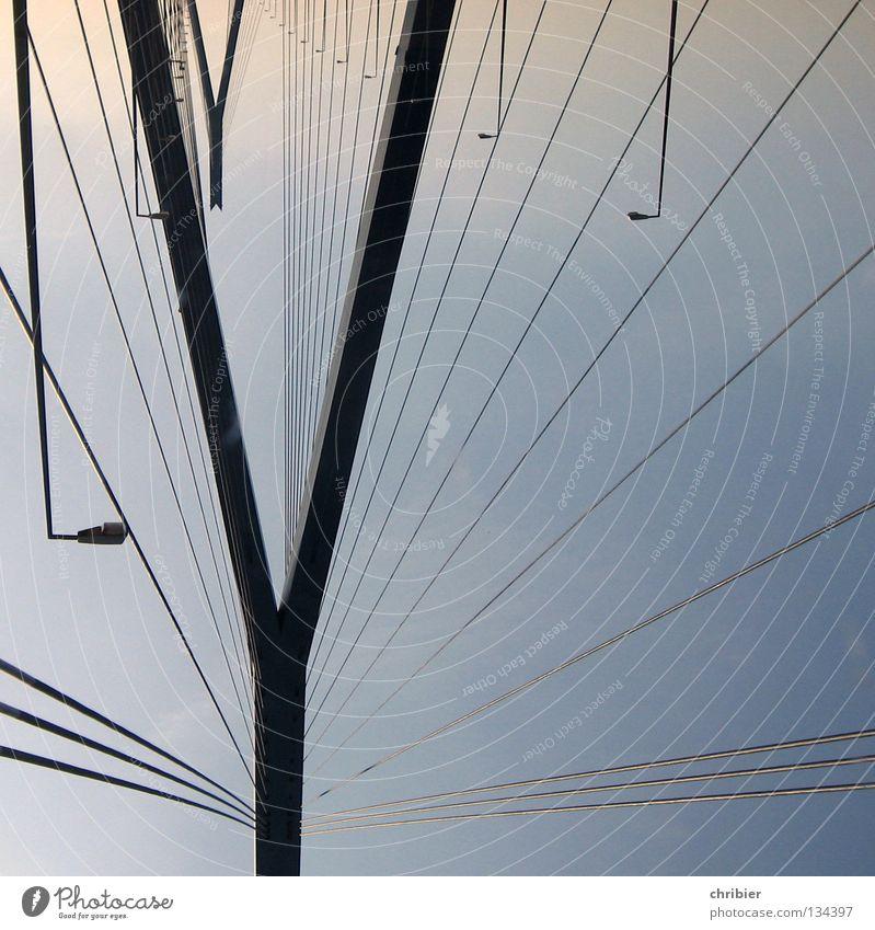 Kopfstand Himmel blau schwarz Lampe Seil Hamburg Ausflug Brücke Aussicht Denkmal Grafik u. Illustration Wahrzeichen Säule Konstruktion Pfosten