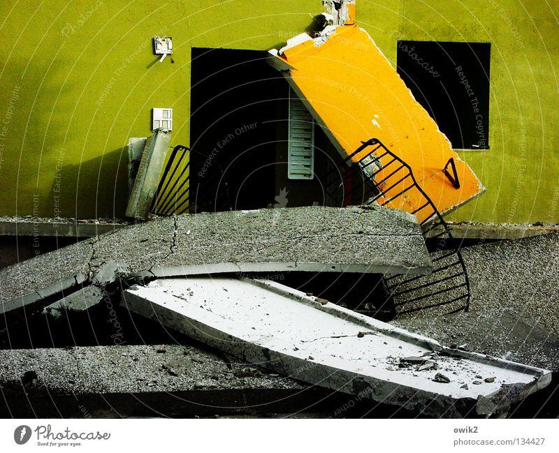 Franz Jäger Berlin schwarz Einsamkeit dunkel Deutschland Wohnung Beton Treppe modern Vergänglichkeit verfallen Geländer Umzug (Wohnungswechsel) Ruine Zerstörung Stapel Neigung