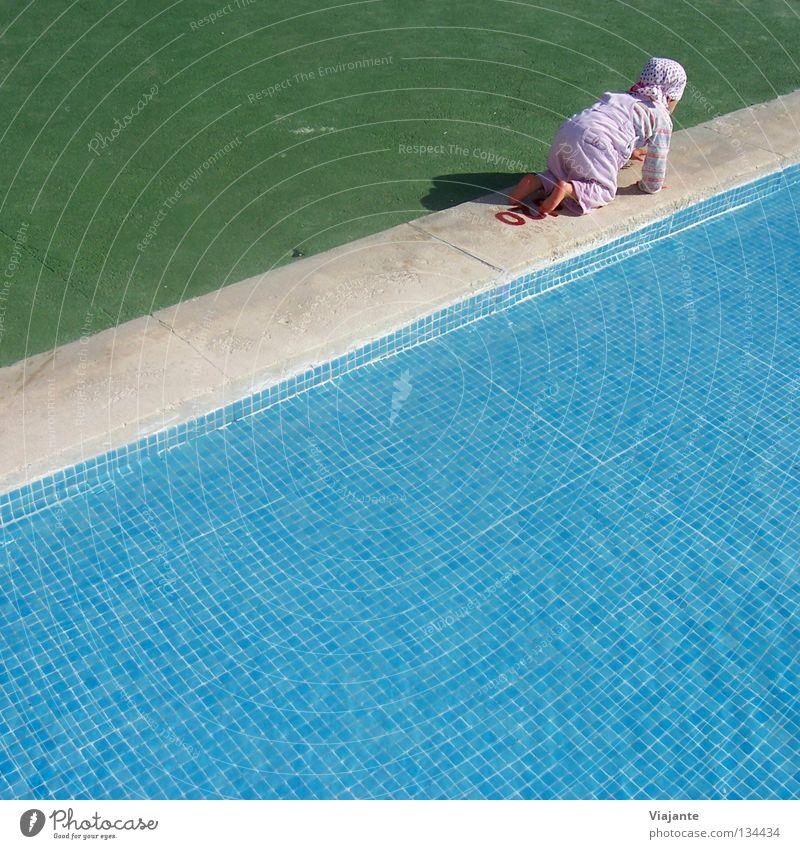 Ich bin dann mal weg ... Kind Mädchen krabbeln flüchten kühlen Sommer türkis grün Kontrolle kalt heiß toben Planschbecken Schwimmbad Bad Schwimmhilfe Chlor