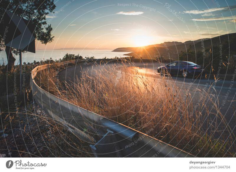 Mediterrane Straße am Sonnenuntergang. Ferien & Urlaub & Reisen Berge u. Gebirge Umwelt Natur Landschaft Erde Himmel Herbst Baum Gras Wald Felsen Schlucht Dorf