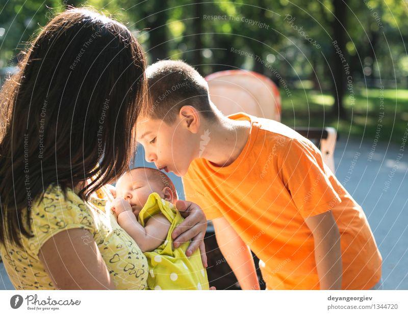 Frauen, Bruder und Baby in einem Park. Kind Natur grün Sommer Freude Mädchen Erwachsene Junge Glück Familie & Verwandtschaft klein Garten schlafen