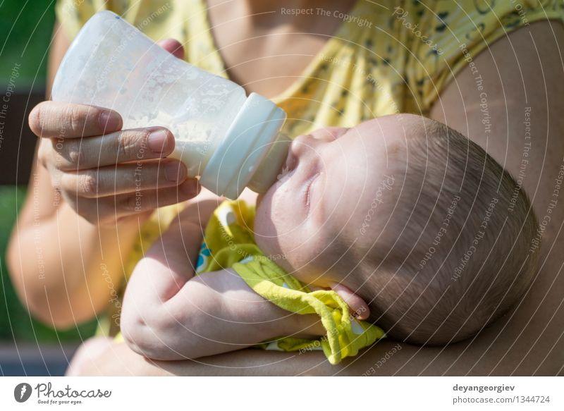Baby saugt an einer Flasche. weiß Mädchen Gesicht Erwachsene Essen Glück klein trinken Mutter Kunststoff füttern saugen neugeboren Molkerei