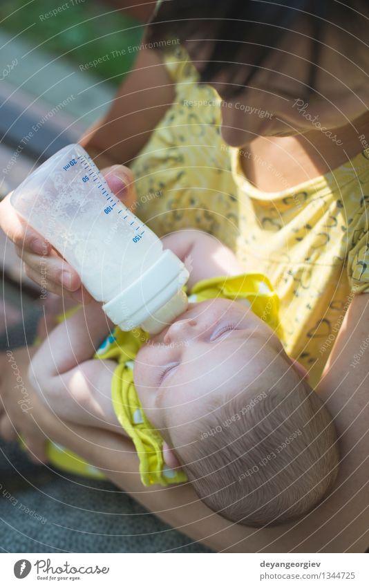 Baby saugt an einer Flasche. Essen trinken Glück Gesicht Mädchen Mutter Erwachsene Kunststoff füttern klein weiß melken Lebensmittel Kind Pflege neugeboren