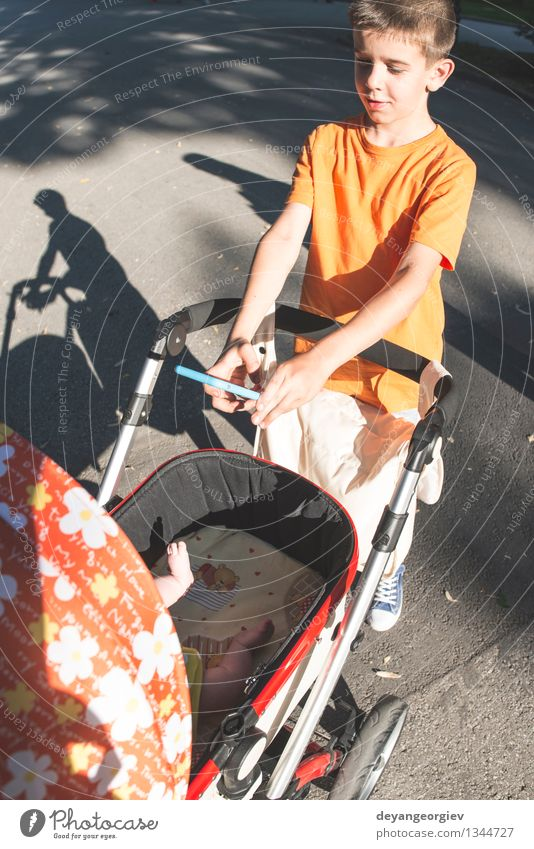 Kind Natur Sommer Sonne Junge Glück klein Zusammensein Park Lächeln Baby Fotografie Grafik u. Illustration Telefon Fotokamera klug