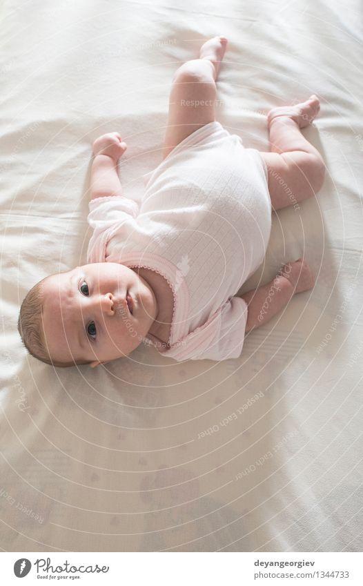 Baby in einem Babybett. Weiße Kleidung. Kind weiß Mädchen Gesicht Leben Glück klein Lächeln weich schlafen reizvoll lügen heimwärts Kaukasier neugeboren