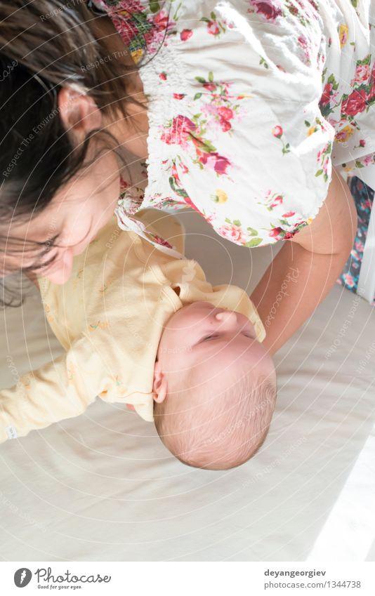 Baby in den Armen seiner Mutter Frau Kind weiß Mädchen Erwachsene Liebe Glück Familie & Verwandtschaft klein Zusammensein schlafen neu heimwärts Halt
