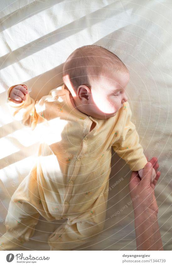 Baby in einem Babybett. Weiße Kleidung. Glück Gesicht Leben Kind Mädchen Lächeln schlafen klein weich weiß Bett neugeboren lügen reizvoll Kaukasier heimwärts