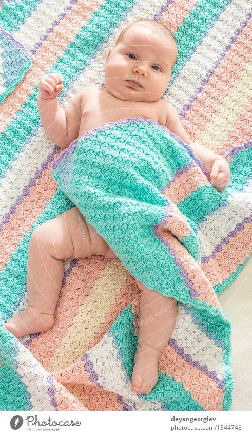 Baby in einem Babybett Glück Gesicht Leben Kind Mädchen Lächeln schlafen klein weich weiß Bett neugeboren lügen reizvoll Kaukasier heimwärts wndow Licht