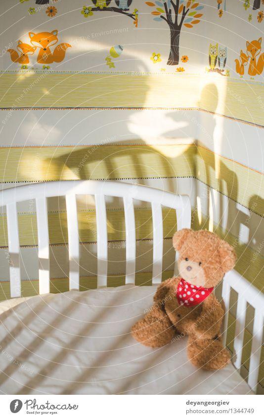 Teddybär in einem Babyzimmer Glück Kind Kleinkind Mädchen Frau Erwachsene Mutter Familie & Verwandtschaft Spielzeug Liebe schlafen klein niedlich weich weiß Bär