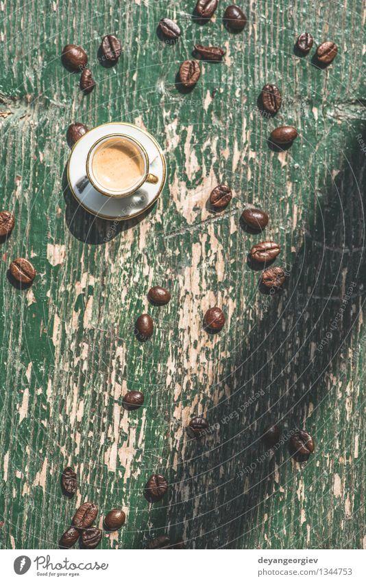 Tasse Kaffee auf Holztisch Espresso Schreibtisch Tisch alt frisch heiß klein retro braun schwarz Miniatur hölzern Top Café trinken Aussicht Koffein Becher
