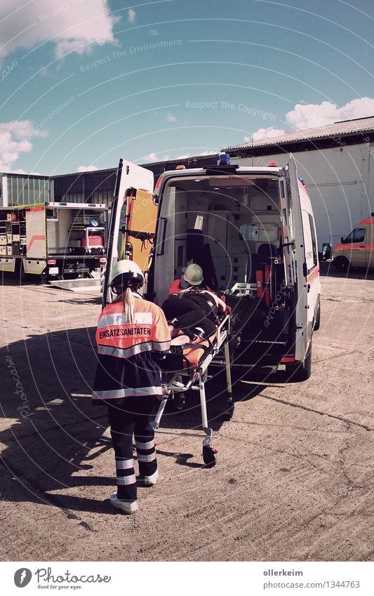 Rettungseinsatz, Rettungswagen, Sanitäter, Patient, Notfall Gesundheit Gesundheitswesen Behandlung Krankenpflege Krankheit Berufsausbildung Azubi Praktikum Arzt