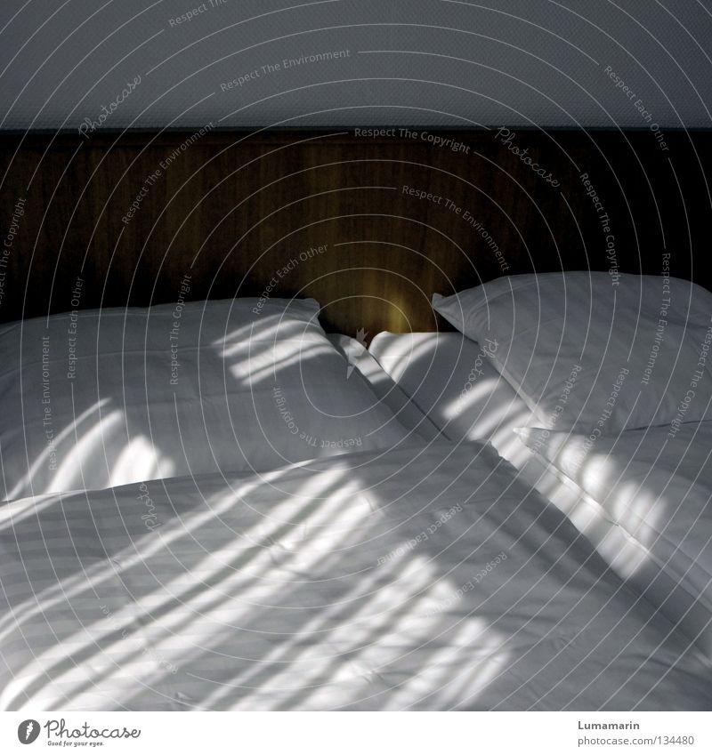 Beziehungsweise Raum Hotel leer Bett Doppelbett Kissen Bettwäsche Sauberkeit weiß Ordnung aufräumen streng ruhig dunkel trist Sonnenstrahlen Licht Lichtstreifen