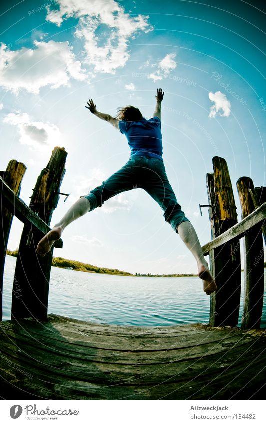 Luftsprünge (1) See Steg Mann maskulin dunkel Gegenlicht Wolken Schönes Wetter Sommer heiß Schwimmen & Baden springen hüpfen Fischauge Beginn aufsteigen Freude