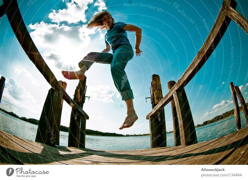 Luftsprünge (2) See Steg Mann maskulin dunkel Gegenlicht Wolken Schönes Wetter Sommer heiß Schwimmen & Baden springen hüpfen Fischauge Beginn aufsteigen Freude