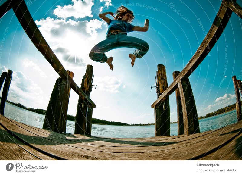 Luftsprünge (3) See Steg Mann maskulin dunkel Gegenlicht Wolken Schönes Wetter Sommer heiß Schwimmen & Baden springen hüpfen Fischauge Beginn aufsteigen Freude