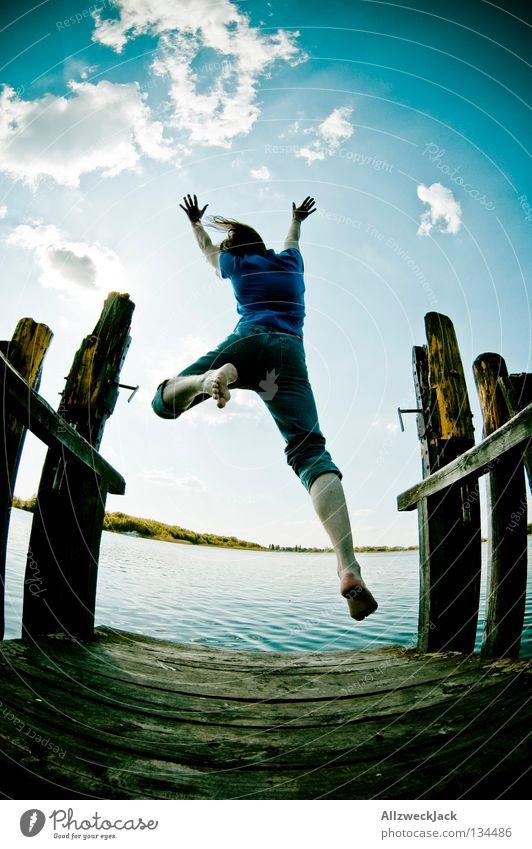 Luftsprünge (4) Himmel Mann blau Wasser Sommer Freude Wolken Einsamkeit dunkel Freiheit Glück springen See Kraft Schwimmen & Baden fliegen