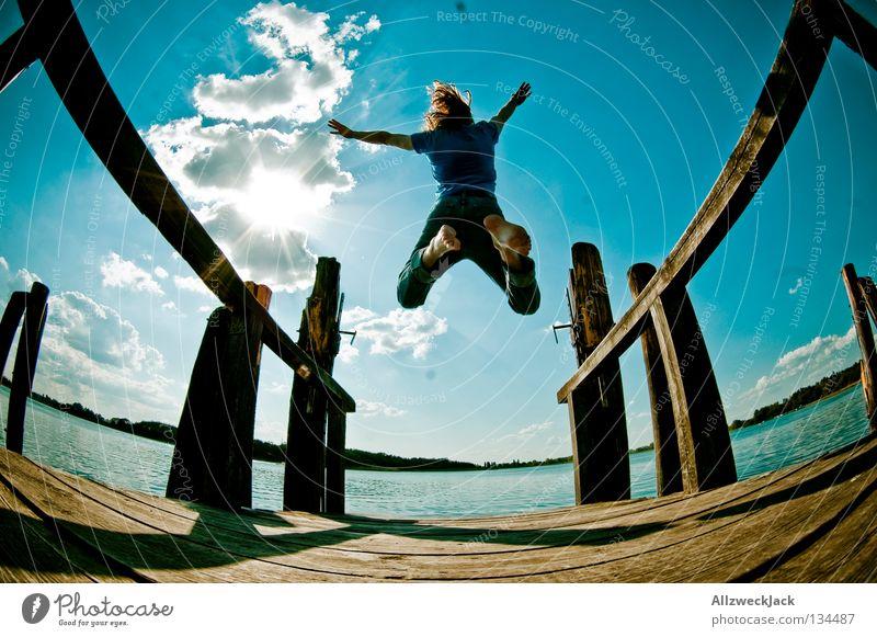 Luftsprünge (5) See Steg Mann maskulin dunkel Gegenlicht Wolken Schönes Wetter Sommer heiß Schwimmen & Baden springen hüpfen Fischauge Beginn aufsteigen Freude